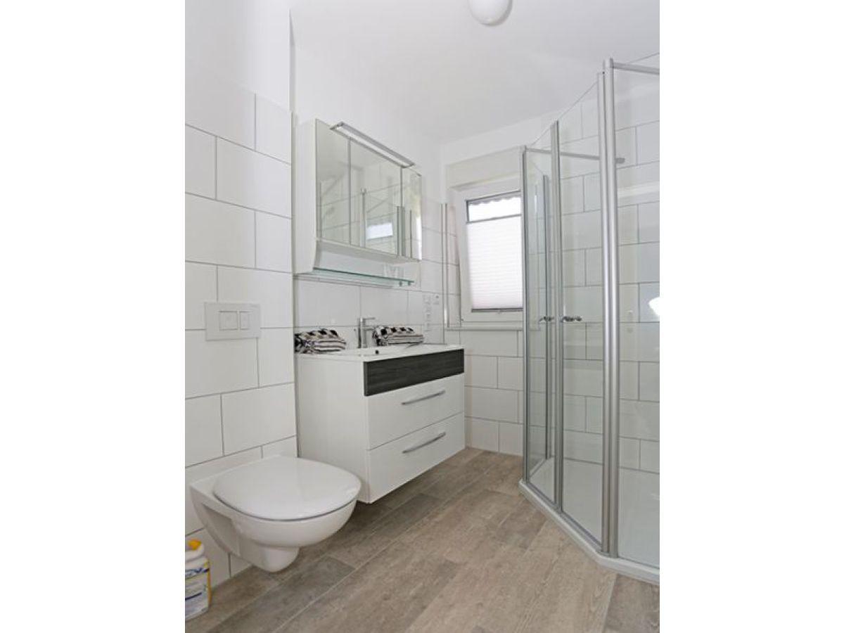 Badezimmer Holz ~ Modernes badezimmer holz waschbecken schwarze wandfliesen d and