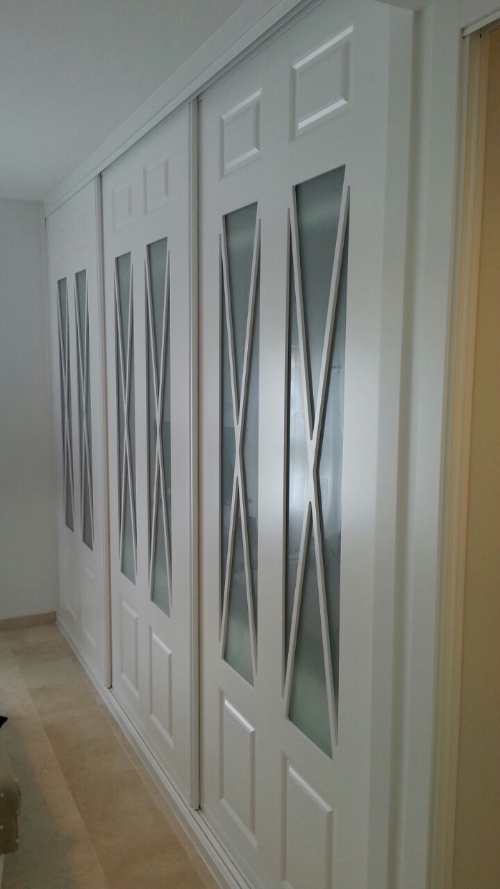 Espectacular frente de armario lacado en blanco con aspas for Armarios roperos puertas correderas