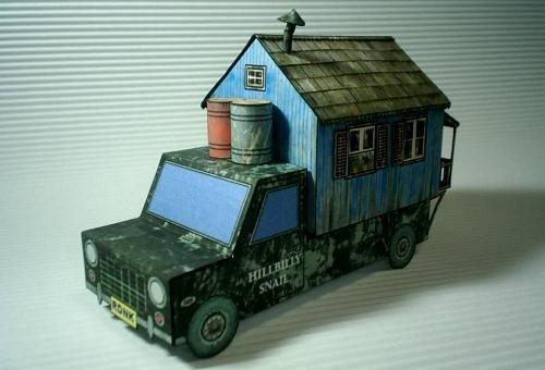Si te gustan las autocaravanas y las manualidades, esta es una buena combinación. Se llama The Redneck Motorhome y es una autocaravana de papel muy bonita.