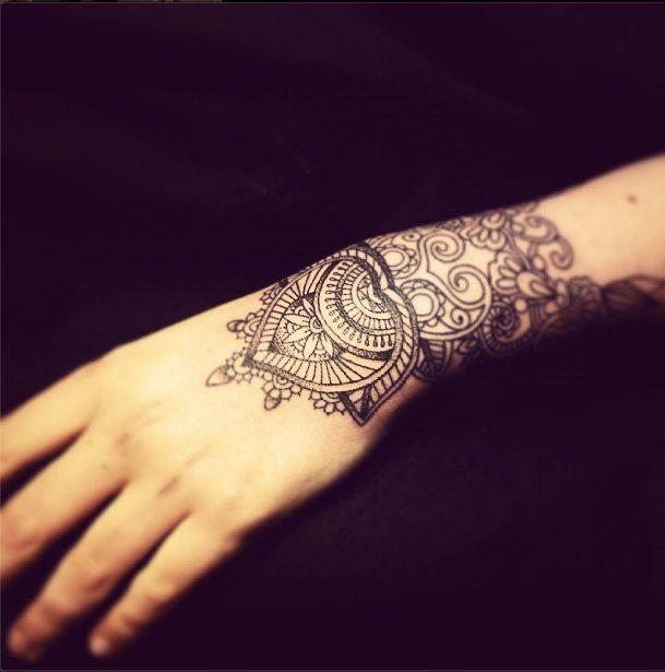tatouage mandala sur poignet et main pour femme tatouage. Black Bedroom Furniture Sets. Home Design Ideas