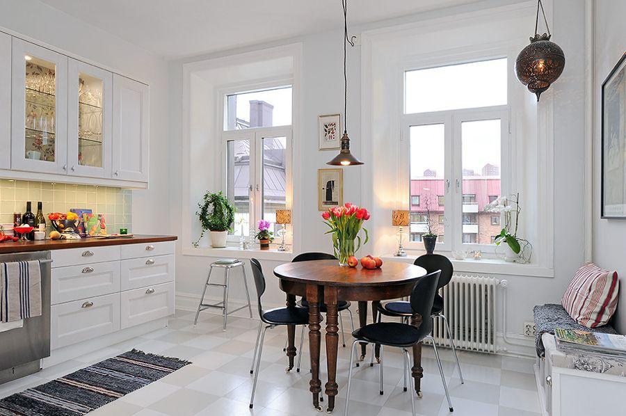 mesa de madera clsica en la cocina blanca tradicional
