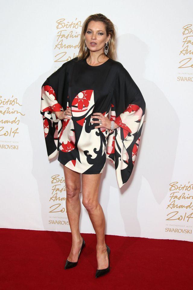 Dans ce kimono-robe signé Alexander McQueen, Kate Moss est comme toujours éblouissante. Un look très seventies qu'elle rend plus élégant avec des accessoires plus glamours.