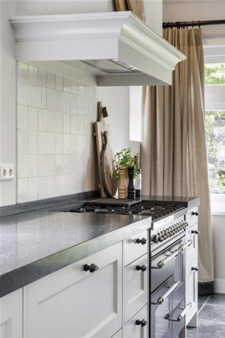 witte tegels icm witzwarte keuken en linnen gordijnen