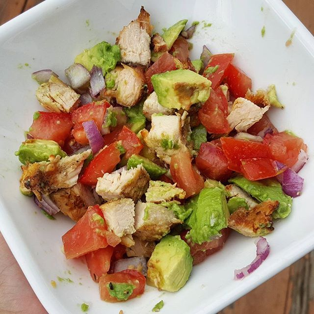 Happy Cinco de Mayo 🎉😄 One of my all-time fave salad combos: 🔽avocado 🔽tomato 🔽red onion Season with seasalt and squeeze some lime! Added in grilled chicken I made using #nandosperiperisauce -Garlic flavor. So good. Chicken cooked on the grill= best type of chicken👌