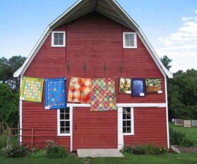 quilt clothesline on barn