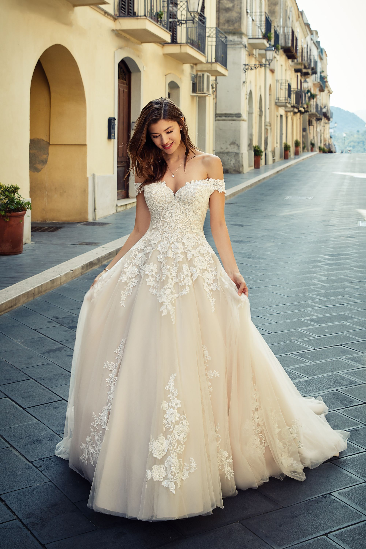 Weites Hochzeitskleid mit Spitze in 19  Braut, Brautkleid