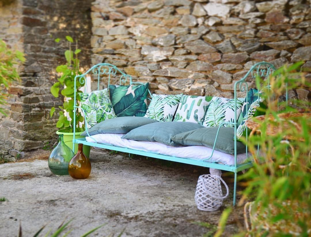 Une banquette en fer forgé turquoise pour un look outdoor ...