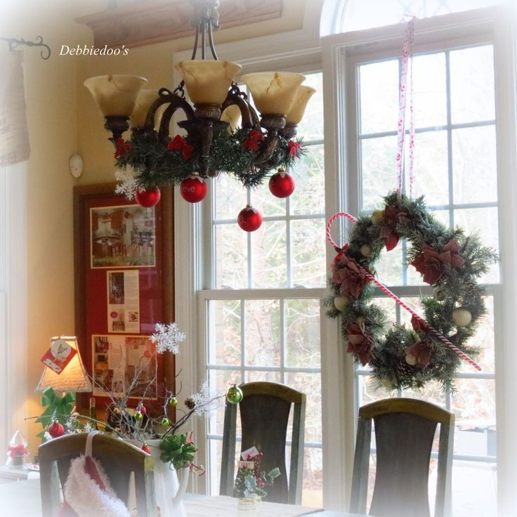 decorating dining rooms for christmas | Christmas greenery decorating dining room chandelier | Christmas