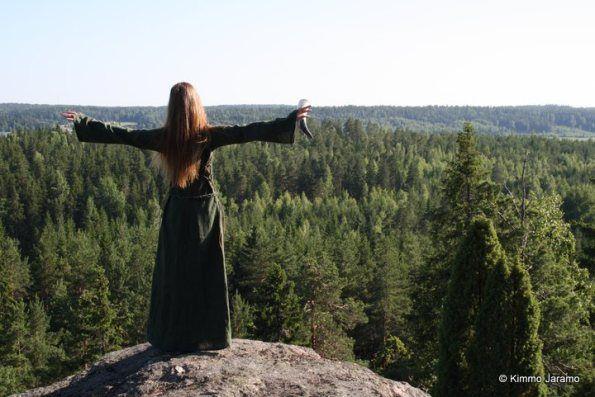 Huttalan Linnavuori, Piikkiö, Kaarina, Model: Laura Nurmi. Huttalan Linnavuori tekee oitis vaikutuksen! Jo pelkkä polku ylös vuorelle on suoraan kuin fantasiaelokuvasta. By Kimmo Jaramo I Retkipaikka Kartta. ETRS-TM35FIN -tasokoordinaatit: N 6706810 E 255180