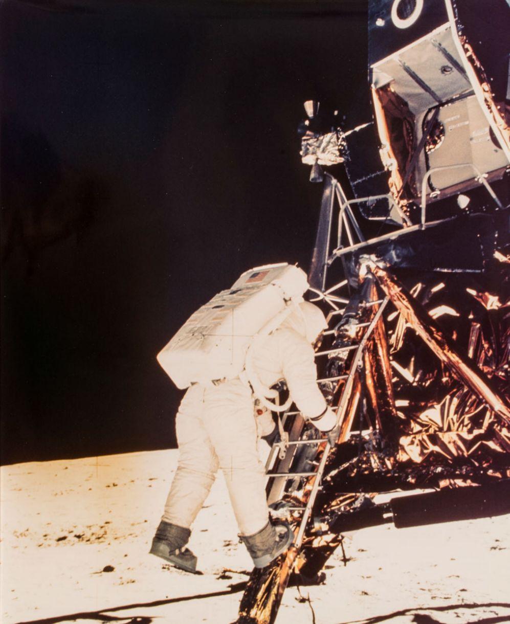 Buzz Aldrin a punto de dar su primer paso en la Luna, 1969.Imagen captada por Neil Armstrong / NASA Fotografía vendida por 3.000 euros.