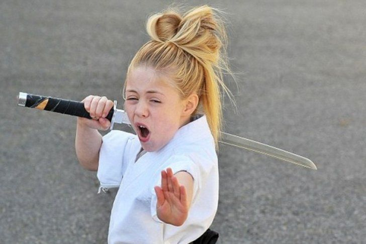#Aww Niña samurái cautivó con técnica para manejar su espada