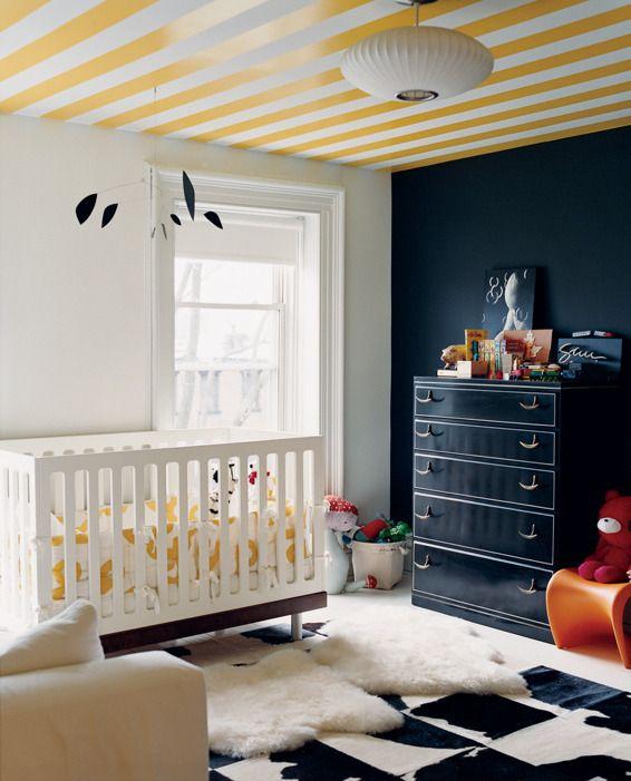 * Also auch hier wieder eine tolle Idee, wie man ein Kinderzimmer einmal anders gestalten kann. Wer hätte gedacht, dass eine tapezierte Decke und eine schwarze Wand so nett aussehen können!