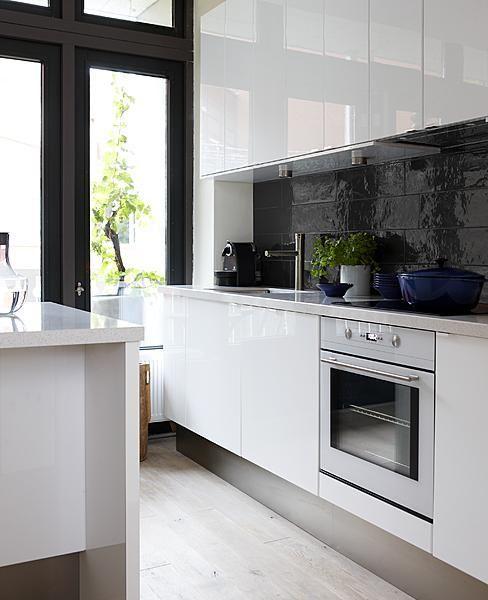 strak wit stucwerk - wit plafond - donkere tafel/witte stoelen ...