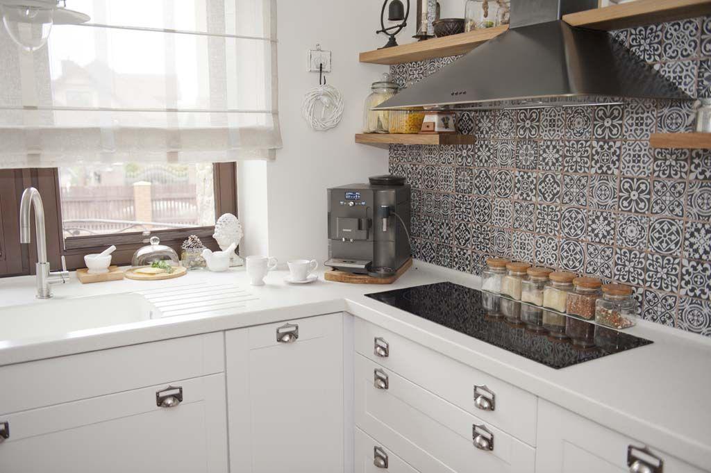 marokańskie płytki na ścianę,czarny okap,półki z okapem,drewniane półki w kuc   -> Kuchnia Z Okapem Sufitowym
