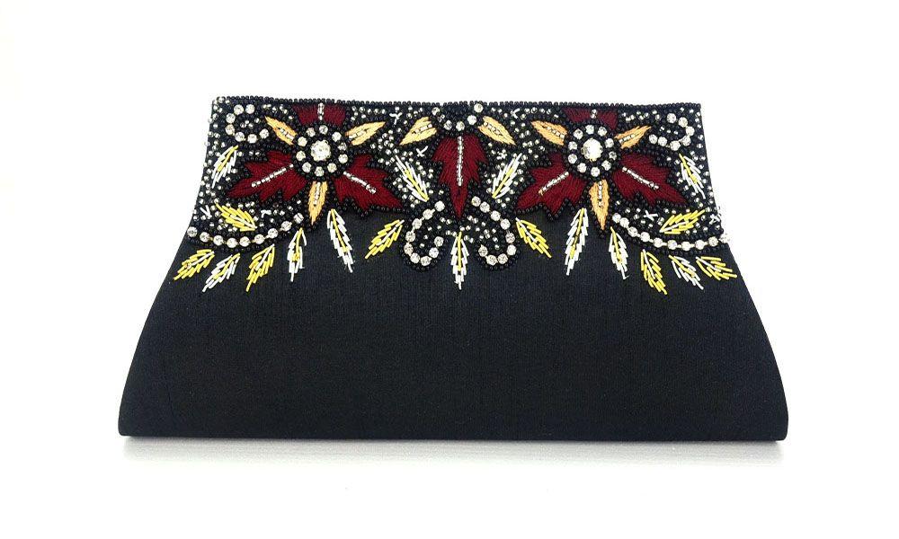 315210b9d O delicado bordado da peça a torna sofisticada e elegante, ideal para  usá-la em ocasiões formais e festas. Bolsa Clutch confeccionada ...