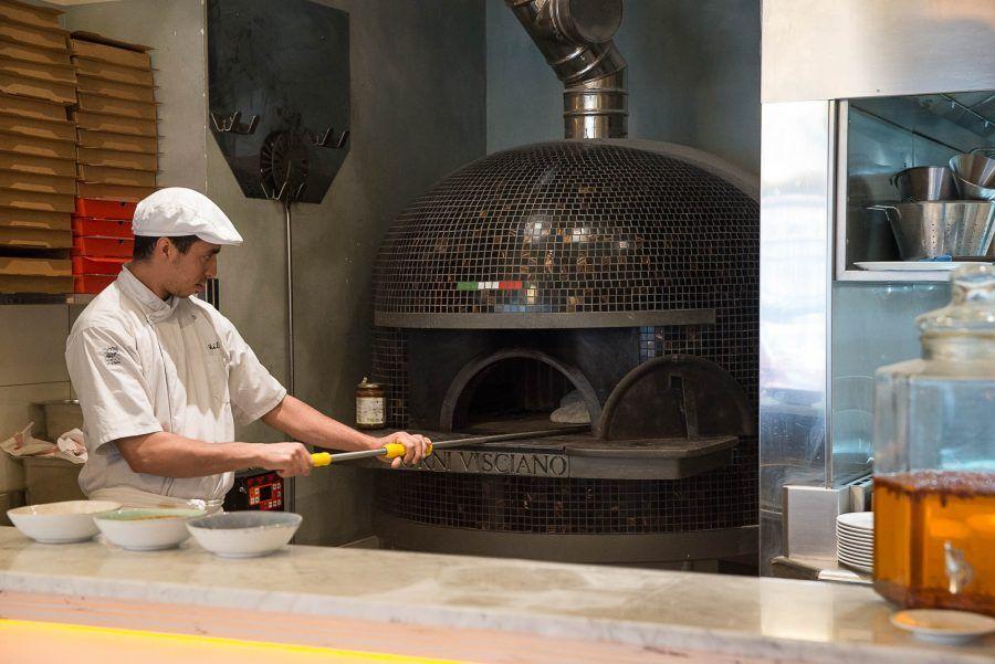 Intérieur de la pizzeria Simonetta de Paris. Décoration par le ...