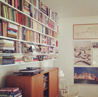 Con libros y tocadiscos