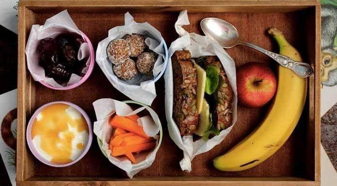 Au lieu de toujours aller au bars et restaurants, prépare toi ton repas pour la pause du déjeuner. Au début, ça va te paraître difficile, mais dans quelques jours, ce simple geste sera facile et commencera à faire partie de ta routine quotidienne.   La nourriture, en plus d'être plus saine, sera sans doute plus savoureuse !  #sante #health #mangersain #onehealthysimplechange #bienmanger #alimentaire