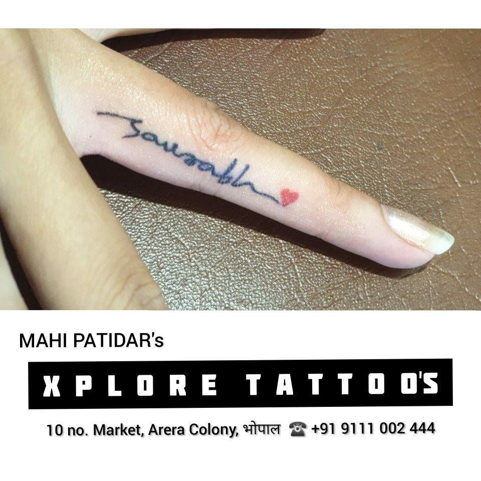 Tatowierung Fur Ihren Geliebten Menschen Name Tattoo Auf Ringfinger Mit Herz Xplore Tat In 2020 Name Tattoo On Finger Finger Tattoos For Couples Ring Finger Tattoos