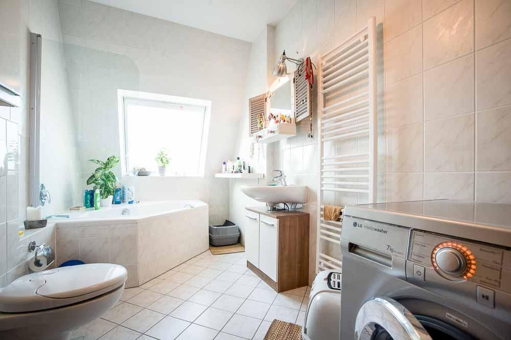 Lichtdurchflutetes Badezimmer mit Badewanne. #Badezimmer #Bad ...
