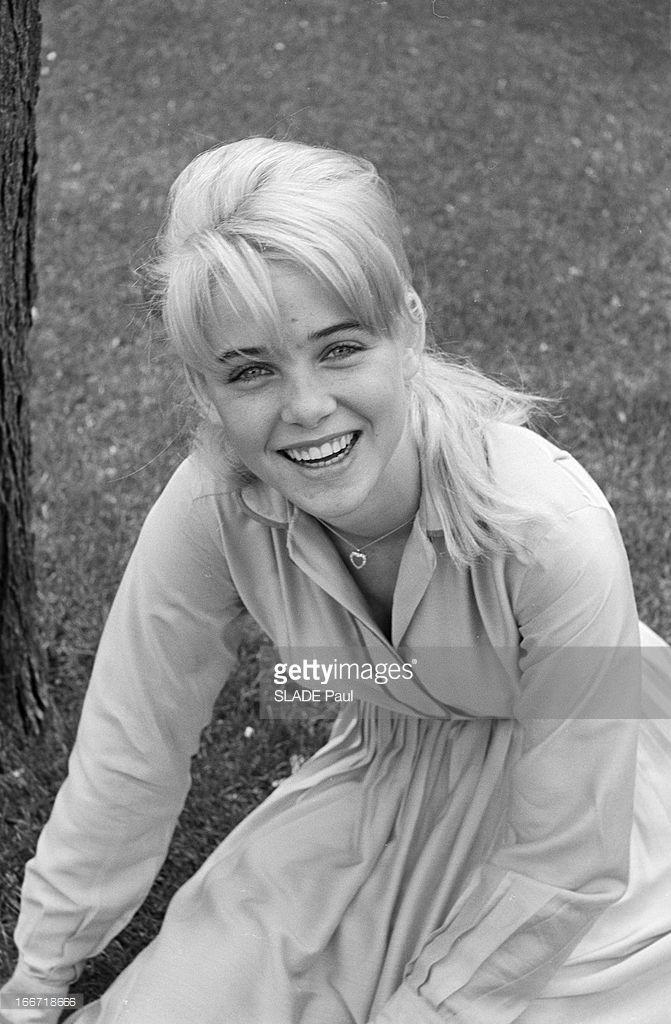 Sue Lyon, Lolita In Stanley Kubrick Film. En juin 1962, aux Etats-Unis en extérieur, dans un zoo de New York, portrait souriant en plongée de l'actrice américaine Sue LYON assise sur une pelouse.
