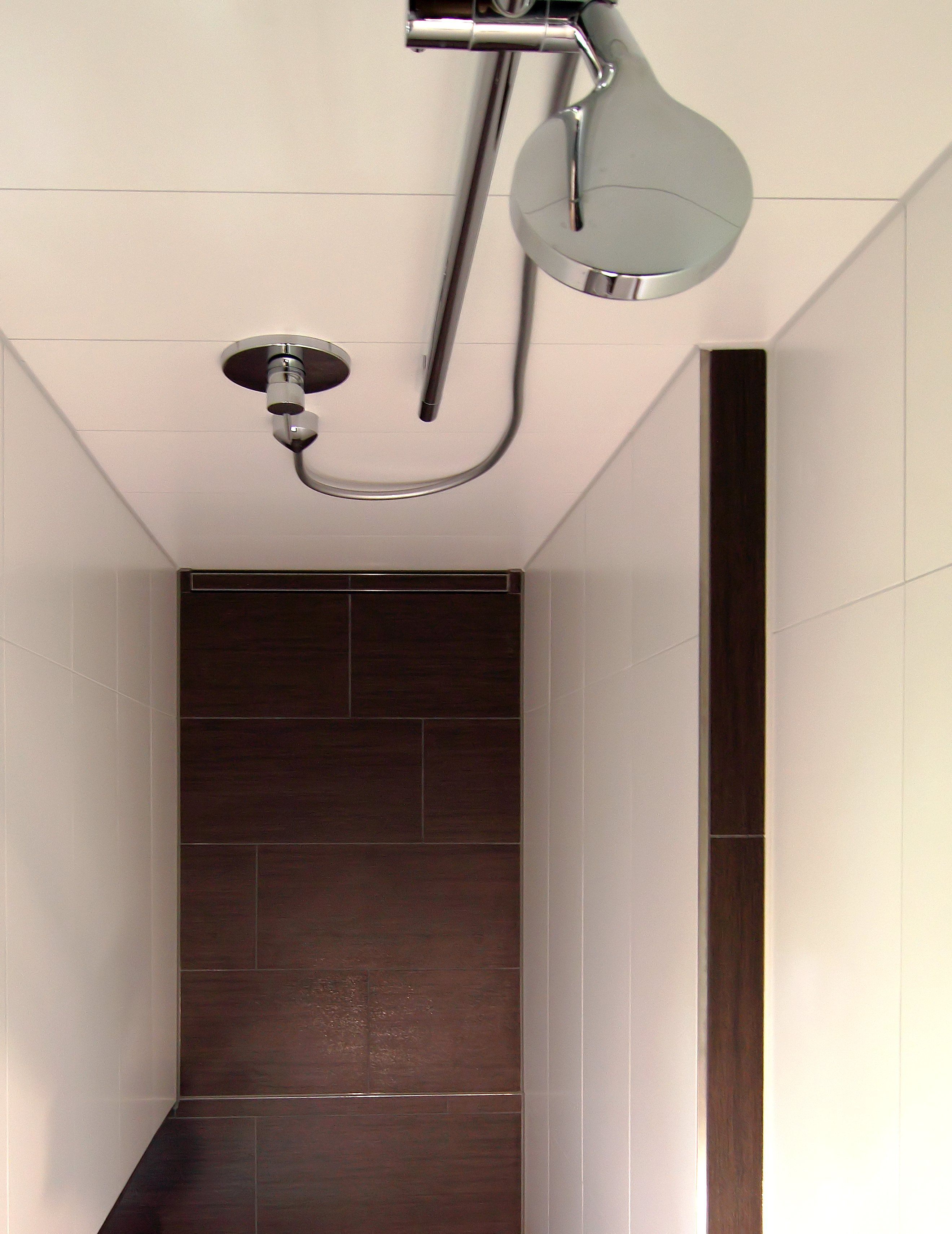 eine rote rckwand und dunkles mbel setzen den waschtisch im duschbad in szene hinter dem waschtisch verspricht die sanierte dusche entspannung pur - Dusche Ruckwand Material