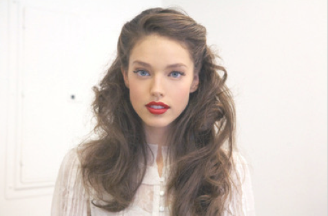 Brown hair and red lips.