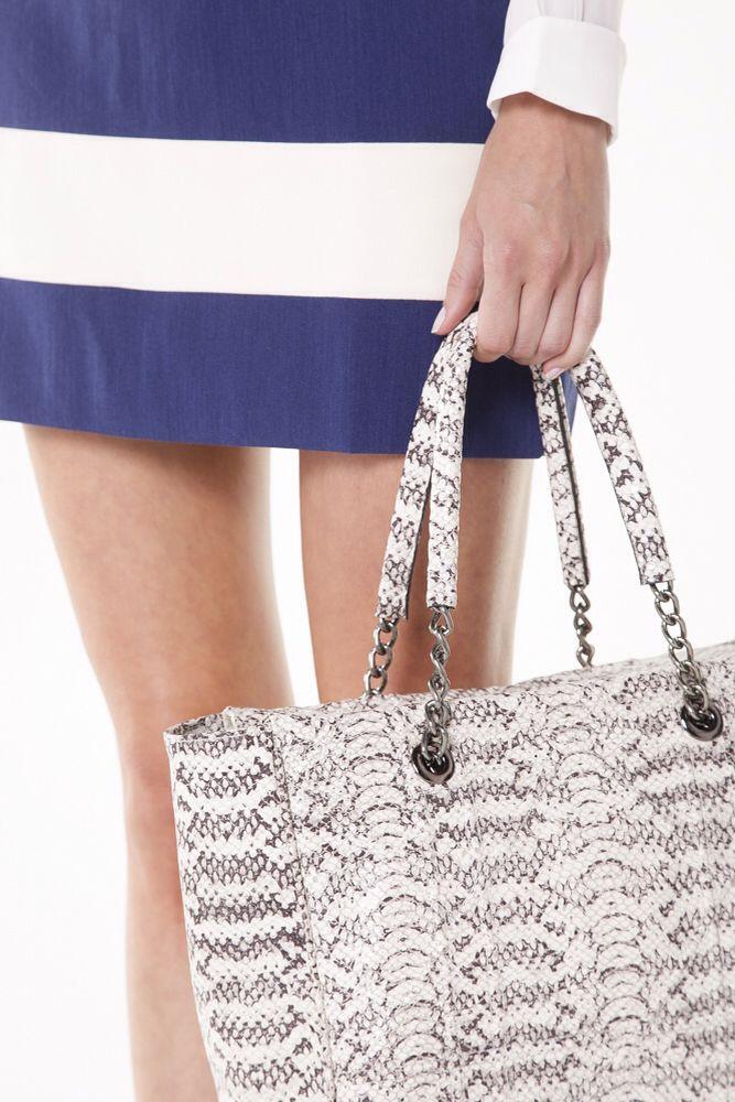 Detalhes de mais uma bolsa linda. Toda em couro de cobra! #florem  #feitonobrasil
