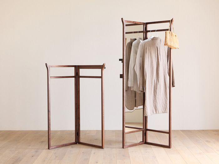 ミニマルでクラシック、和・洋どちらの空間にも溶け込むオリジナルの家具を作る福岡の家具ブランド「HIRASHIMA」。  無垢材のぬくもりある優しさが伝わってくる「SPAGO(スパーゴ)」シリーズのハンガーコートは、日本の着物や浴衣などを掛けておくための衣桁(いこう)をモチーフにデザインされたものです。背筋がシャンとなりそうな、心地良い緊張感が漂う佇まいが素敵です。ハイタイプには姿見もついているので、掛けていたお洋服をさっと羽織って身だしなみを確認することができます。