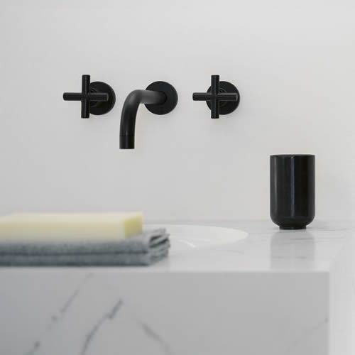 Schwarze minimalistische badezimmer armaturen