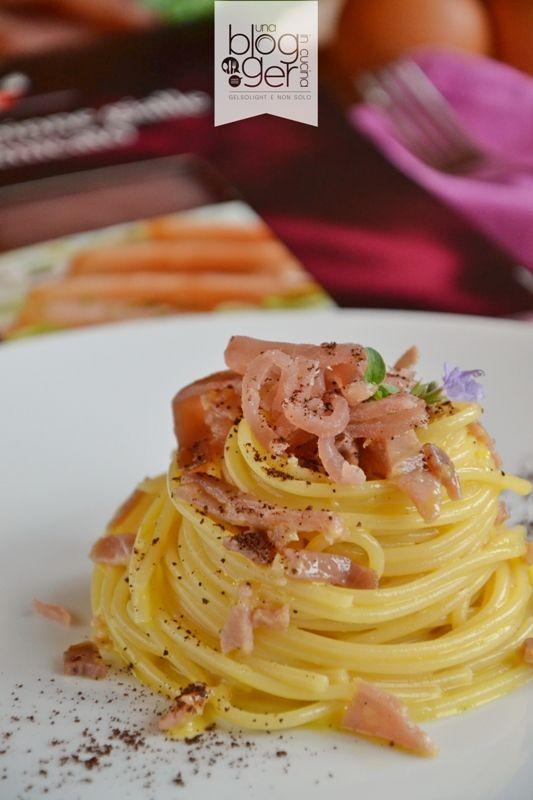 Spaghetti alla carbonara di mare, un primo piatto semplice, ma dal gusto raffinato, per una cena importante, con tonno affumicato, uova e grana.