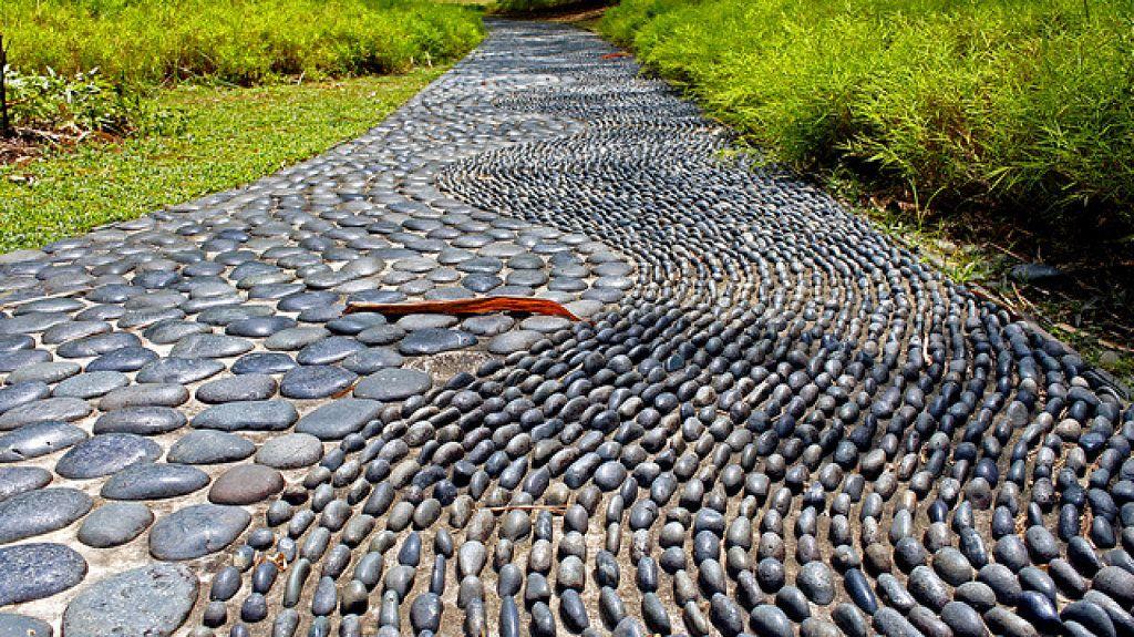 Cómo diseñar un precioso camino de piedras en el jardín caminos