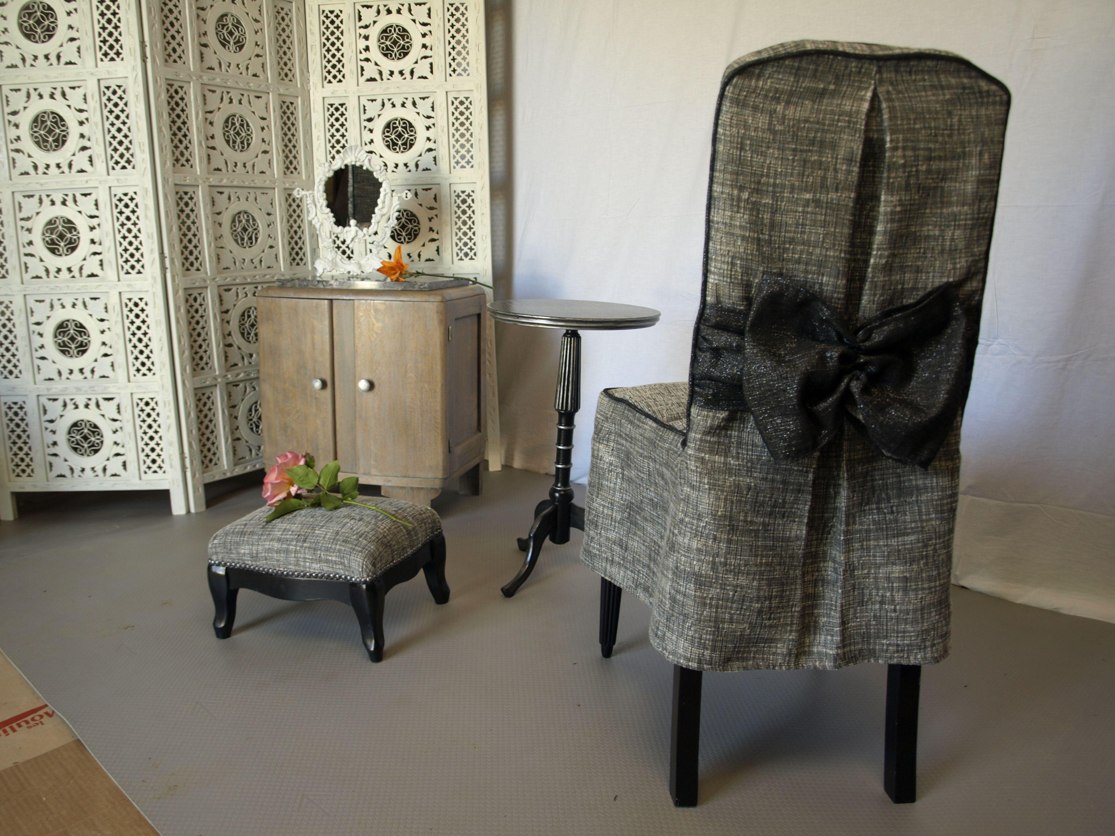 Habiller L Arrière D Un Meuble chaise habillée d'une housse molletonnée sur l'assise, plis
