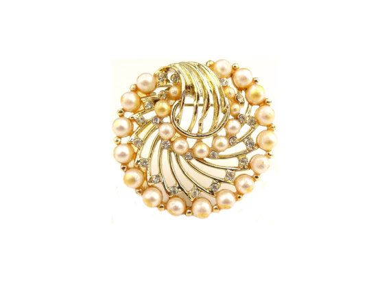 Faux Pearl And Clear Rhinestone Brooch / Vintage Brooch / Vintage Jewelry / b4 #brooch #vintagebrooch #rhinestoneandpearl #fauxpearljewelry #vintage #jewelry #vintagejewelry #estatejewelry #costumejewelry #statementjewelry #sparkle #bling #oldjewelry #jellevintage #etsy #giftsforher #giftsformom