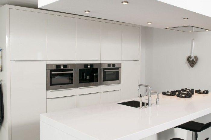 Witte keuken met wit composiet blad en pitt cooking keukens pinterest keuken keukens - Witte en grijze keuken ...