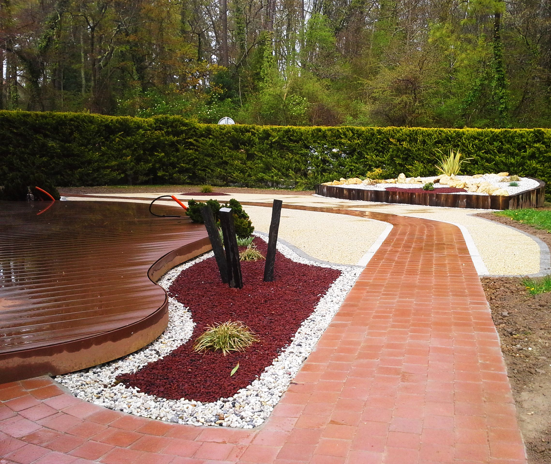 jardin minéral : pavage, béton désactivé et terrasse bois | jardin