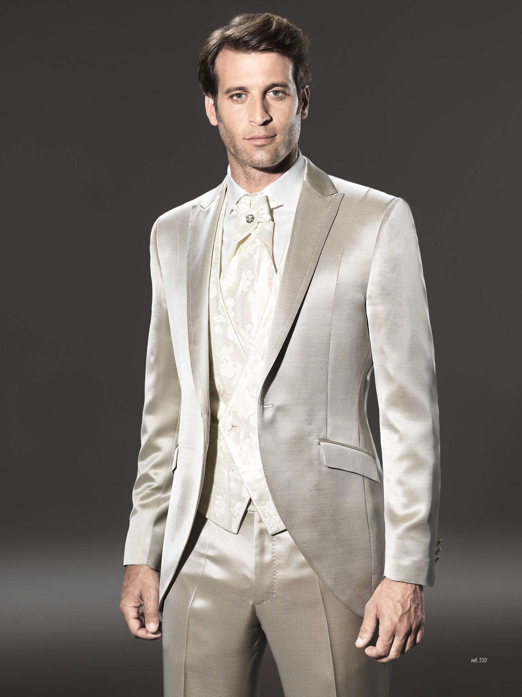 Traje de novio de la firma sandro sellini en color beige sin