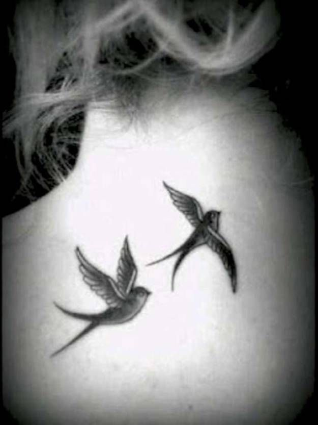 Black And Grey Flying Swallows Tattoo On Girl Upper Back Mit Bildern Tattoo Hals Tattoos Mit Bedeutung Inspirierende Tattoos