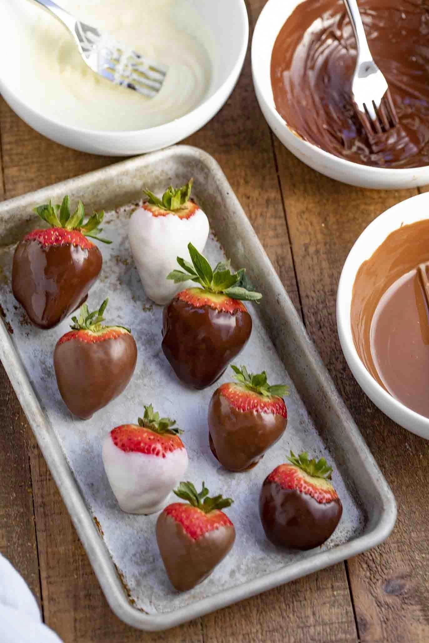Chocolate Covered Strawberries are a sweet no-bake dessert made with strawberries and melted chocolate, ready in just minutes! #strawberry #strawberries #chocolate #dessert #christmas #valentinesday #newyearseve #mothersday #dinnerthendessert #chocolatecoveredstrawberries