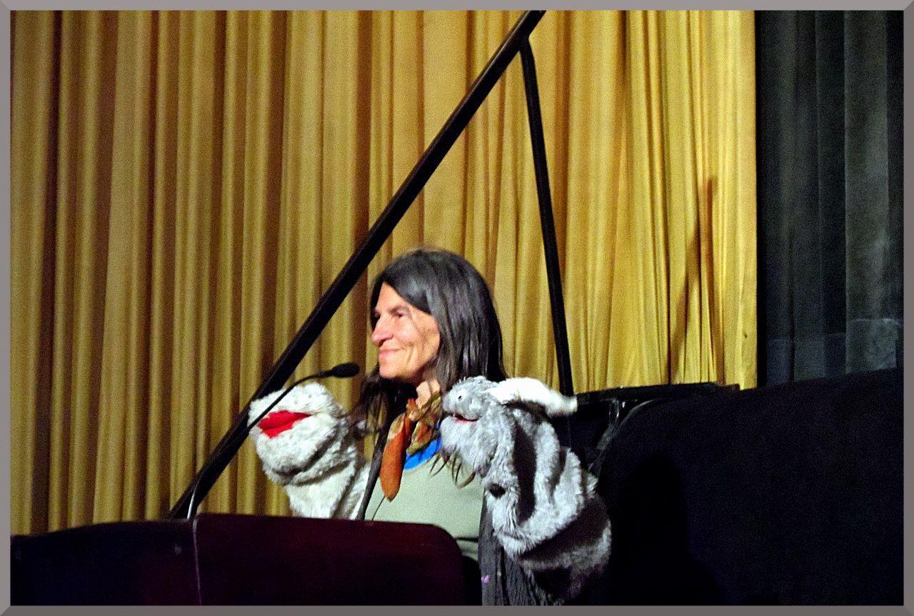 Die Menschenrechts Und Friedensaktivistin Und Puppenspielerin Heike Kammer Protagonistin Des Films Die Geschichte Erlaubt Es M Metropolis Puppenspieler Filme