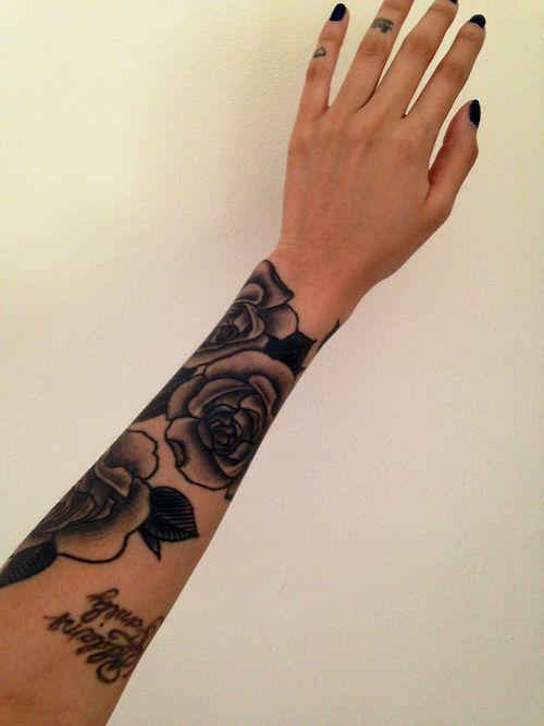 Tatuagens femininas no antebraço Rosas