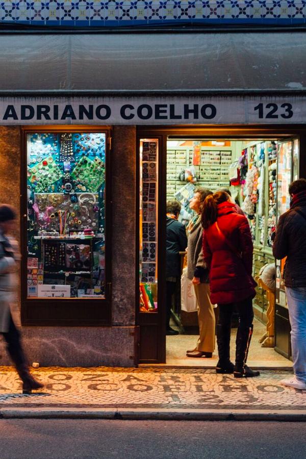 Há lojas que têm resistido ao tempo e continuam de portas abertas, à sua espera na baixa da capital. Reconhece algumas? #viaverde #viagensevantagens #Portugal #Natal