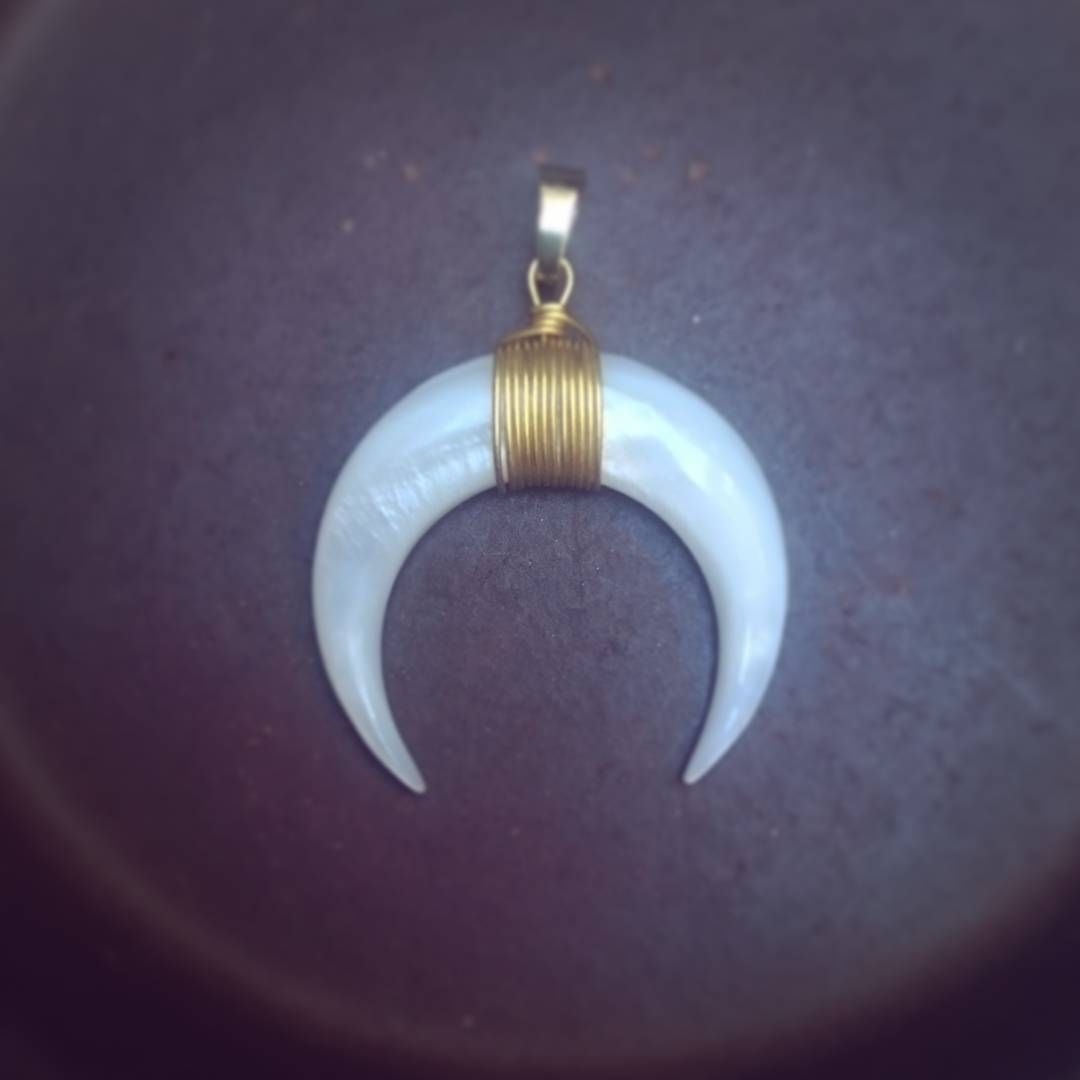 News Le Croissant De Lune Dore A L Or Fin Debarque Chez Fifi Simple Et Elegant Ce Pendentif Est Notre Indispensable Drop Earrings Jewelry Earrings