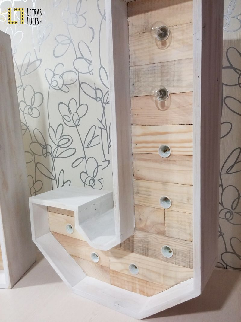 Inicial j con bombillas blanco decapado y madera de - Ideas para decorar letras de madera ...