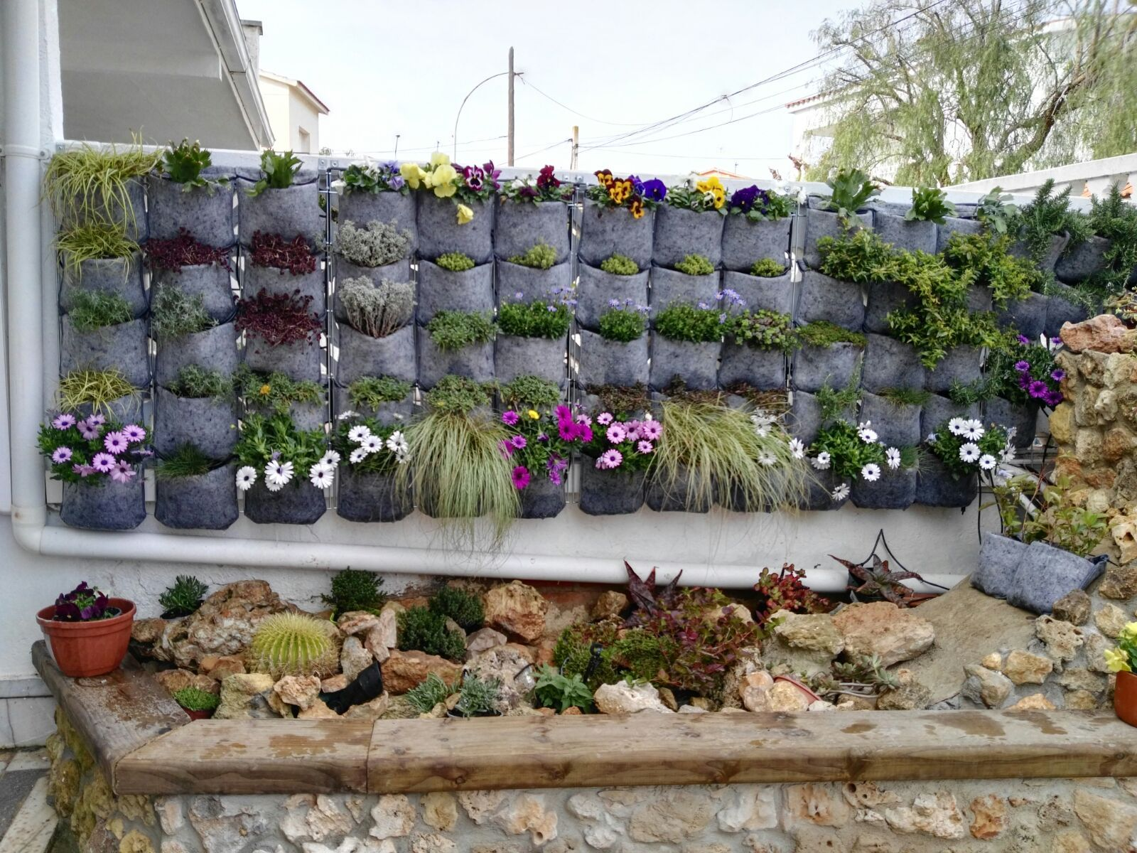 Jard n vertical de fieltro reciclado construido con las for Jardin vertical reciclado