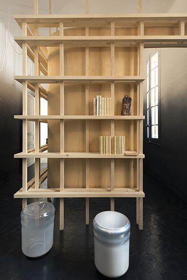 Récompensé par le Grand Prix du jury Van Cleef & Arpels de la Design Parade de Toulon, le studio Quetzal présente Immersed office, une architecture légère délimitant un espace de documentation et un lieu de création, inspirée par le vocabula...