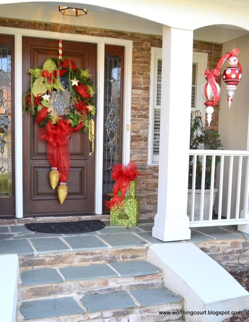Decorating dutch front doors for homes front door decor for Front yard christmas decorating ideas