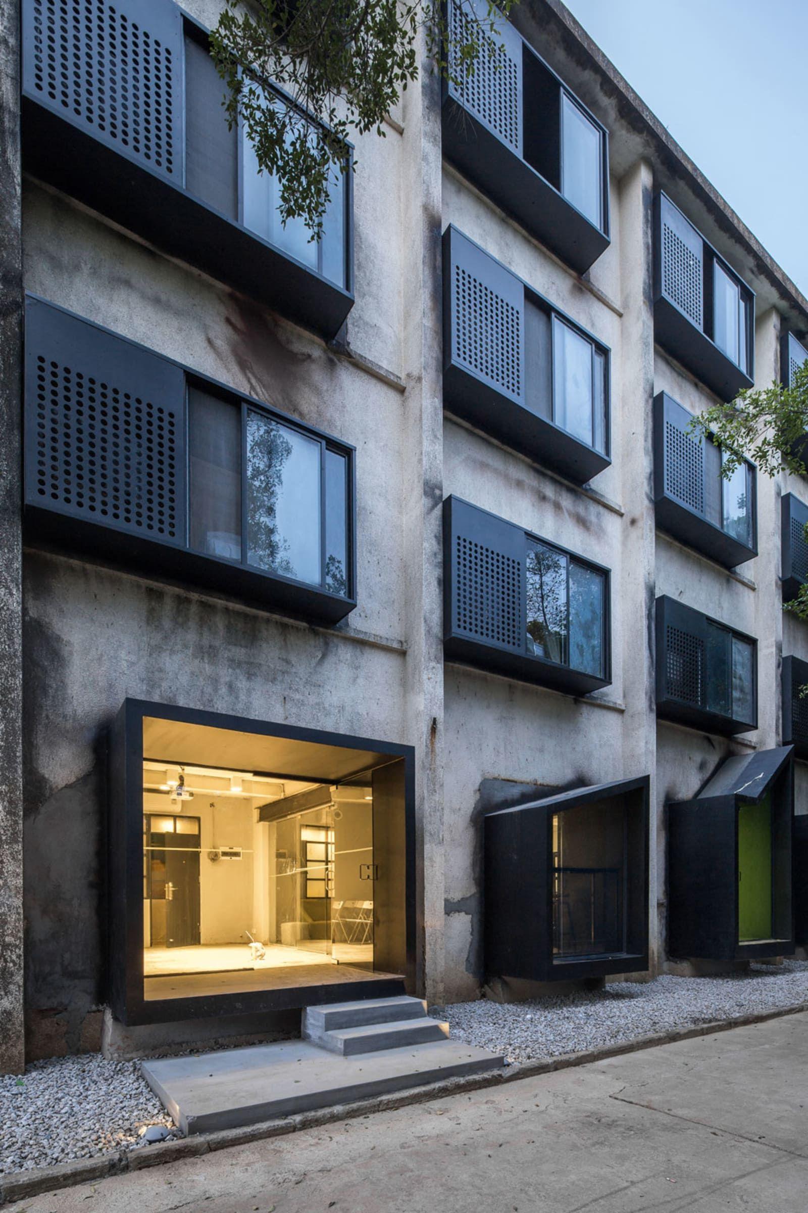 O-office Architects · Youth Hotel of iD Town ramen erker schrijnwerk inkom gevel zwart geperforeerd