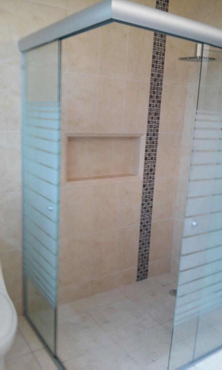 Nuestros canceles para baño en vidrio templado y en aluminio cuentan con  una amplia gama de bcbc39c6d945