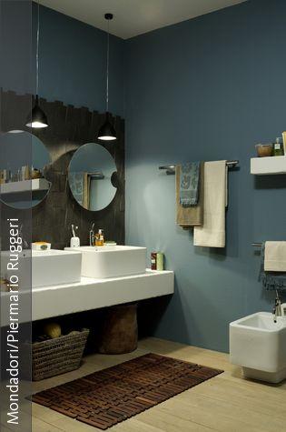 Lieblich Ein Spannender Stilmix Entsteht Hier Durch Blau Graue Wände, Kombiniert Mit  Weißem Sanitär Und